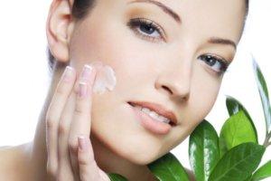 Правила нанесения крема на кожу лица и шеи
